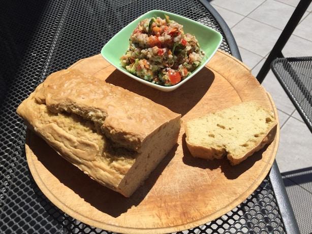 Ajdova poletna solata in kruh iz vinskega kamna